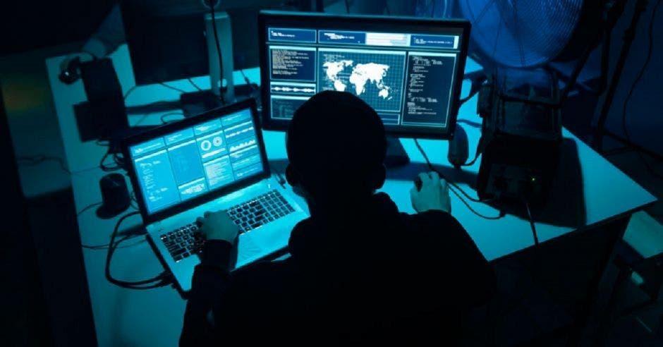 Hacker manipulando una computadora