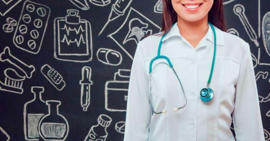 médico universitario con gabacha blanca
