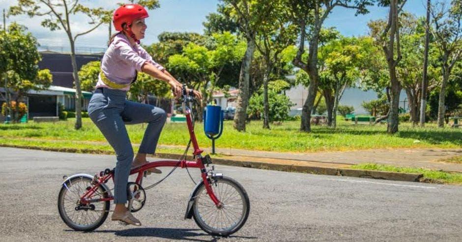 Carolina Hidalgo, precandidata del PAC, es una convencida del uso de las bicicletas. Cortesía/La República.