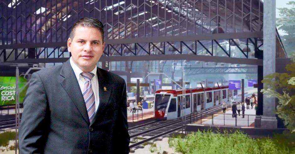 Fabricio Alvarado de frente en el tren, al fondo se ve lo que sería el tren eléctrico