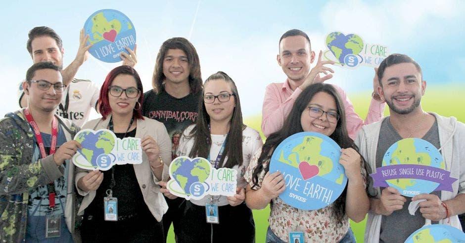 un grupo de jóvenes levanta carteles con consignas en favor del ambiente