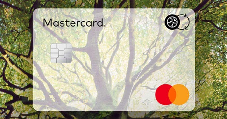 Tarjeta de Mastercard con fondo de árbol