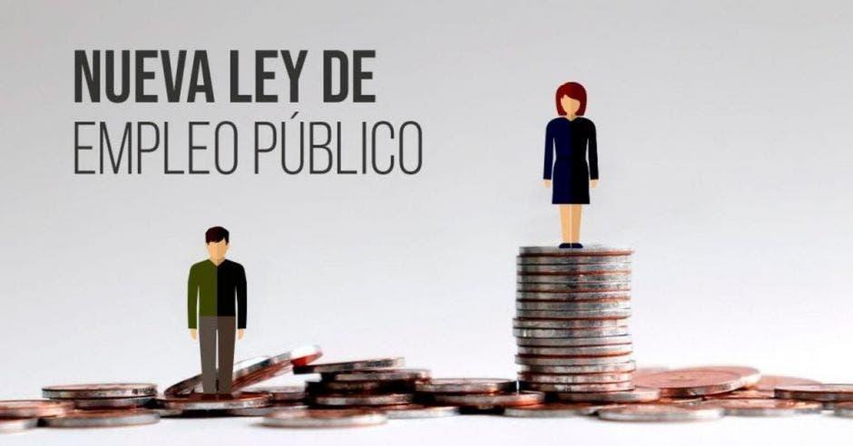 dos personas sobre una torre de monedas. Está escrito nueva ley de empleo público en el fondo.