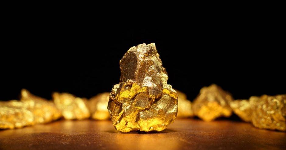 una pepita de oro colocada sobre una mesa