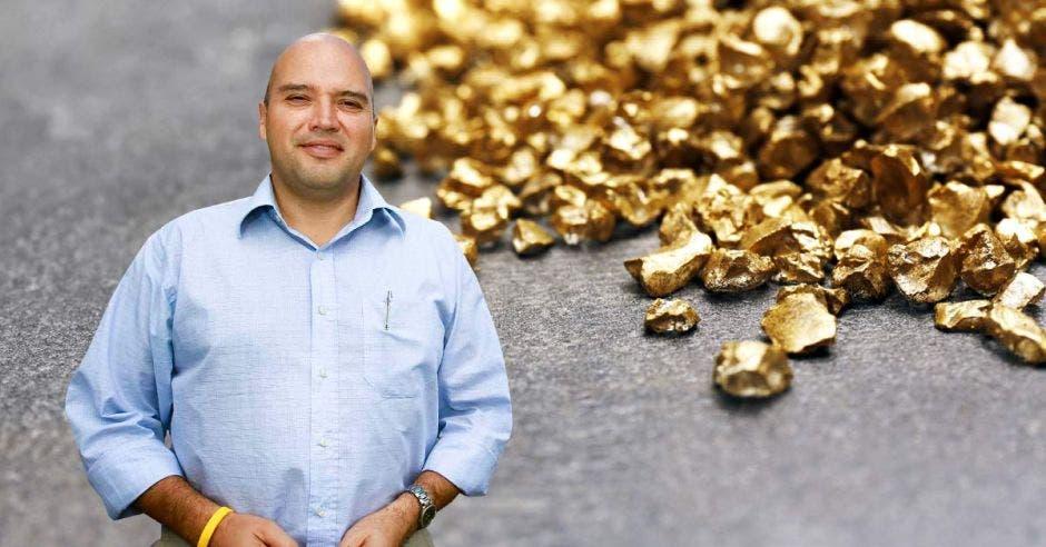 un hombre calvo sobre un fondo de pepitas de oro