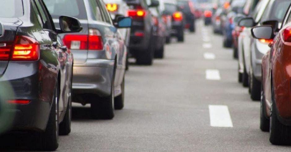 vehículos en fila visto desde atrás