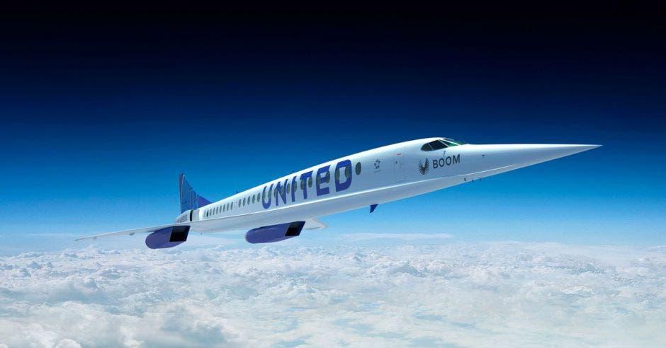 un avión largo y delgado sobre un fondo azul con nubes