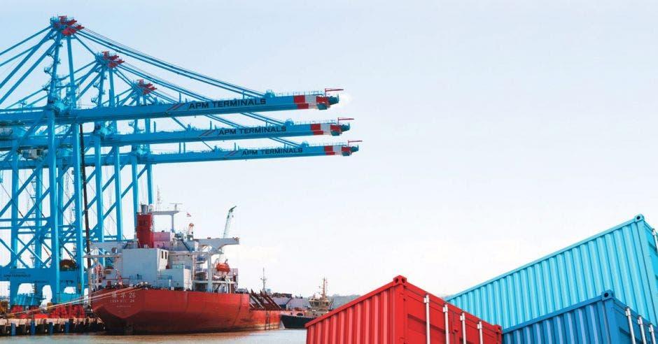 un barco descargando mercancías en un muelle