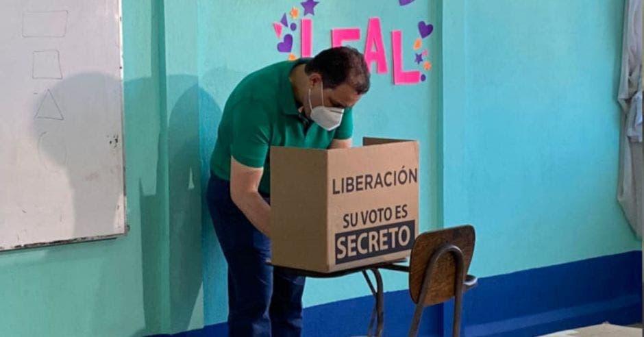 Carlos Ricardo votando