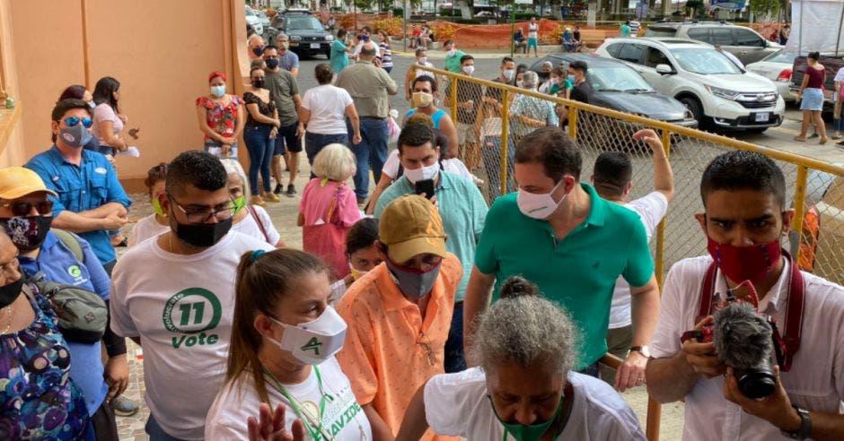 En Puntarenas, Carlos Ricardo Benavides fue recibido por muchas personas. Cortesía/La República