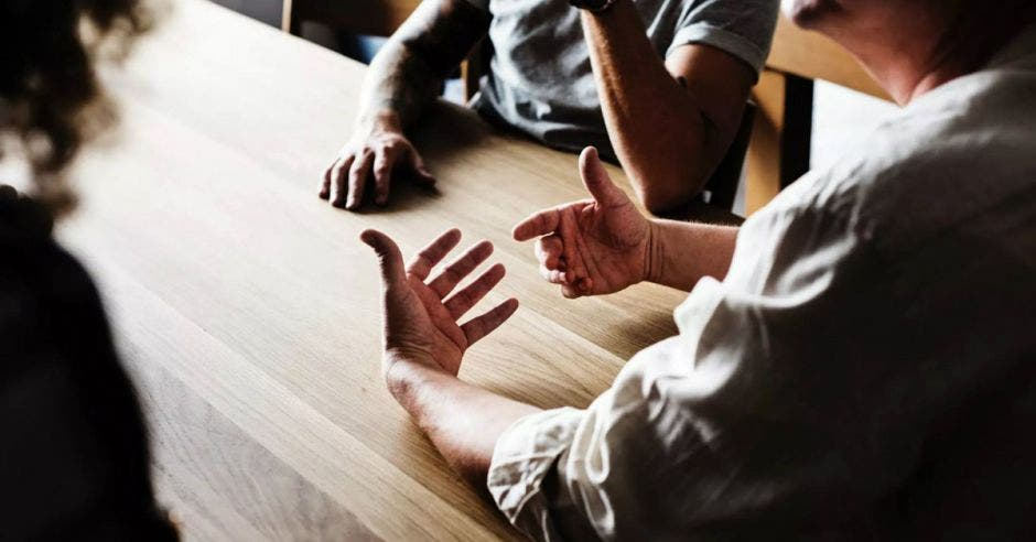 Persona sostiene manos