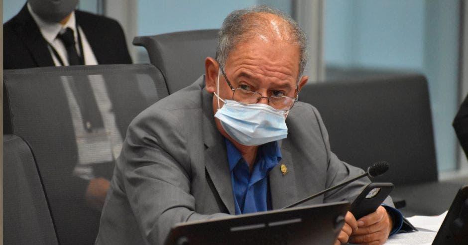 Hombre con mascarilla en el plenario