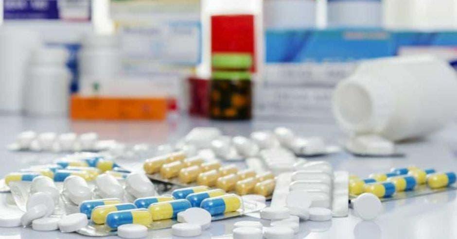 pastillas y medicamentos al fondo sobre una mesa