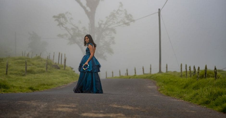 Mujer en camino remoto