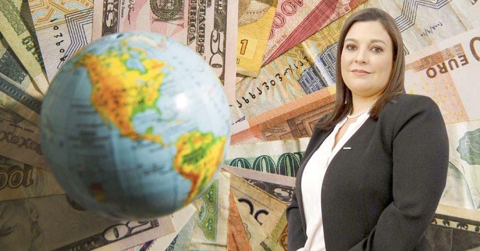 Mujer de traje negro frente a planeta y billetes