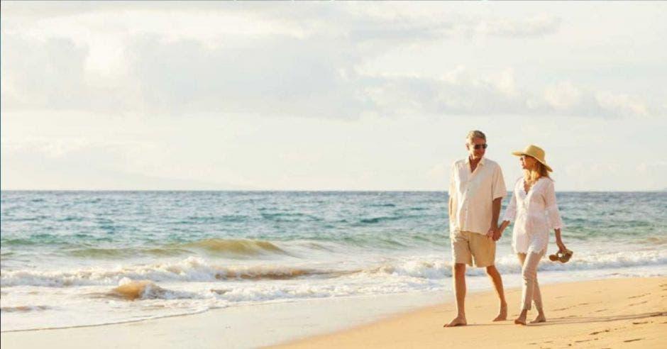 una pareja paseando por la playa