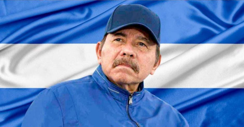 Daniel ortega y una bandera de NIcaragua