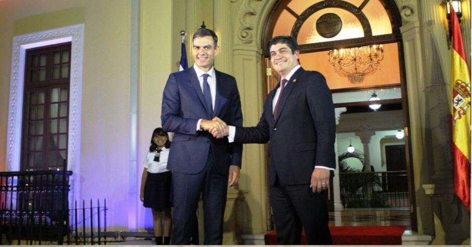 Pedro Sánchez, presidente español y Carlos Alvarado estrechando manos