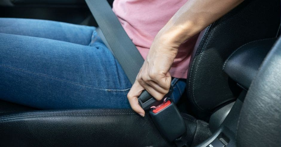 mujer con cinturón en carro
