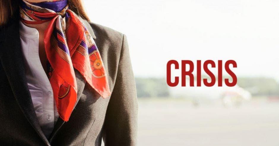 una mujer con pañoleta sobre un fondo crisis difuminado. Concepto de crisis en turismo.
