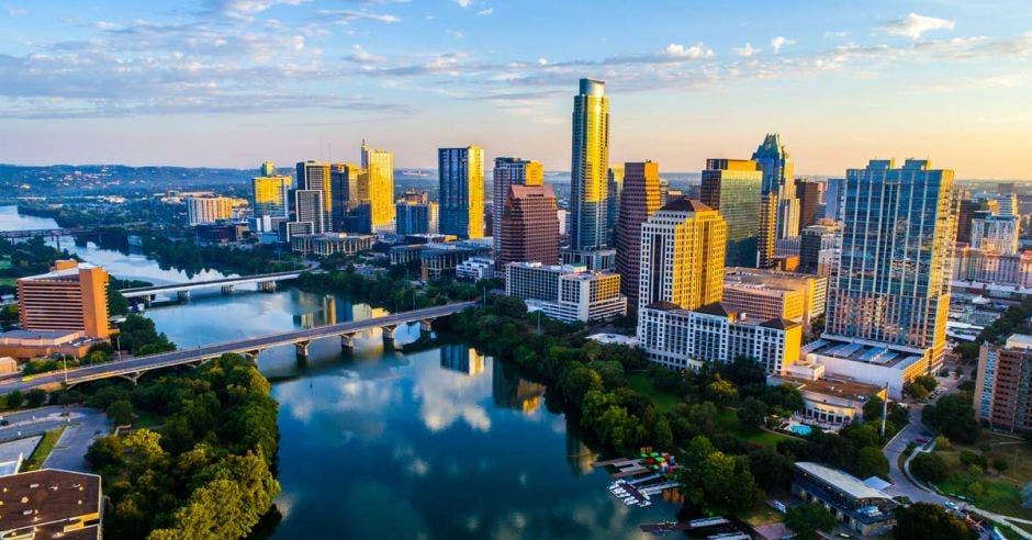 aisaje urbano con horizonte solar sobre el lago Town o el lago Lady Bird con una reflexión increíble. Rascacielos y edificio de la capital de Texas a lo lejos se puede ver toda la ciudad durante el verano