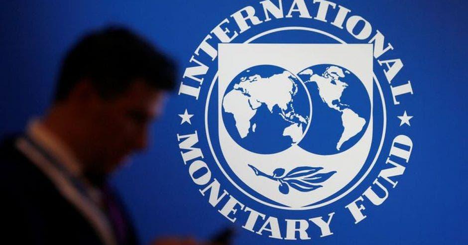 Hombre frente a escudo del FMI