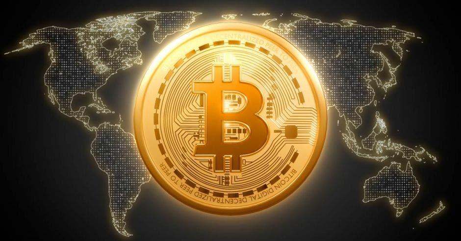 Moneda de bitcoin sobre mapa del mundo
