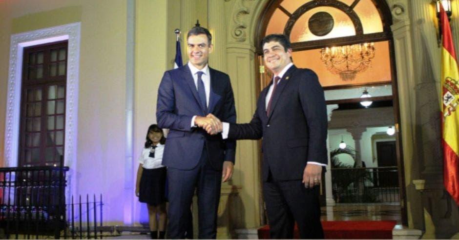 Pedro Sánchez, presidente de España y Carlos Alvarado estrechando manos