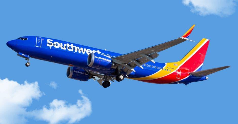 un avión azul con ribetes en amarillo y en rojo