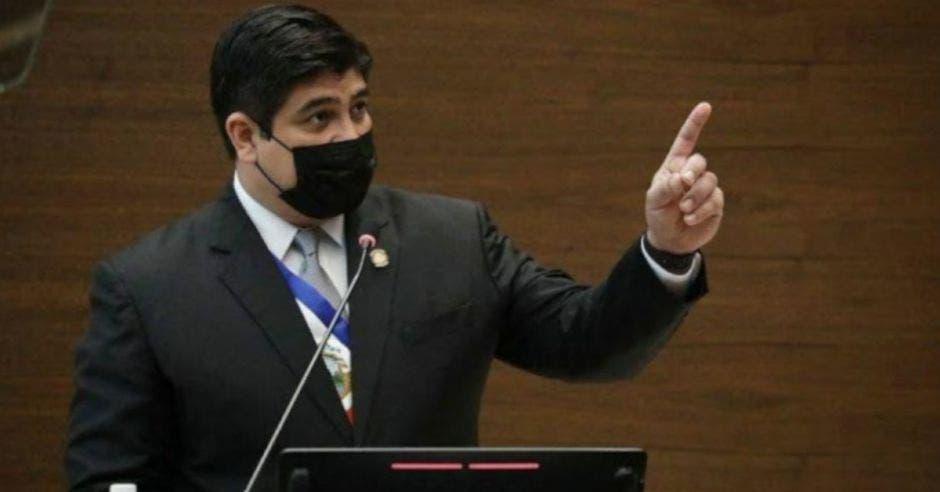 Carlos Alvarado en un podio