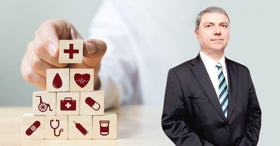 Hombre de traje frente a persona colocando bloques con símbolos de salud