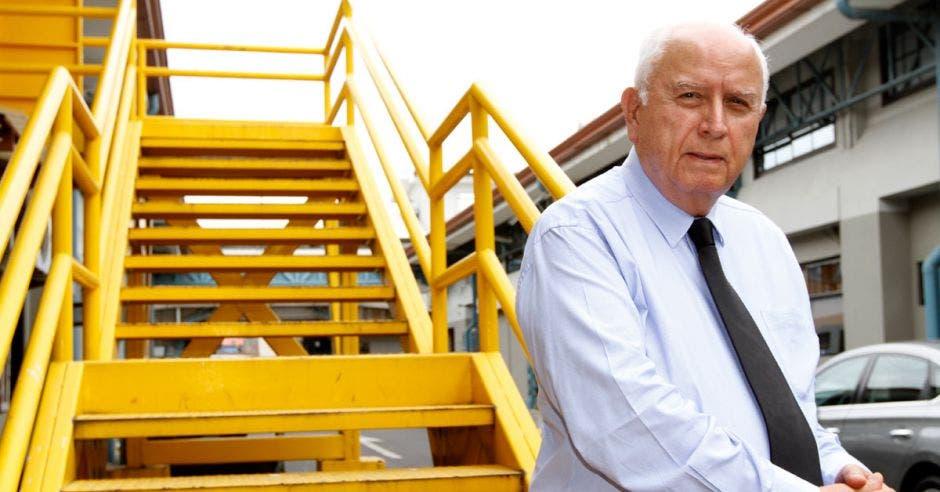 Hombre frente a gradas amarillas