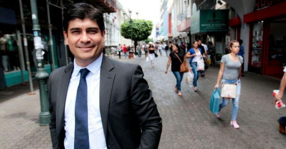 Carlos Alvarado en el medio de San José