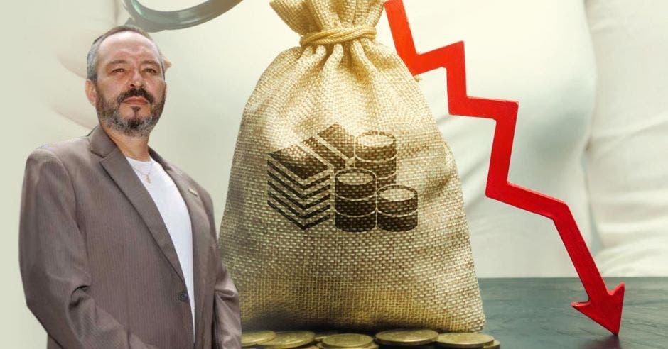 Hombre de traje frente a bolsa de dinero y flecha roja cayendo