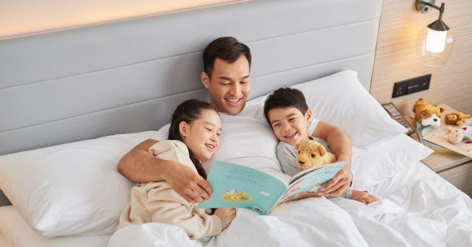 Papá con hijos en la cama