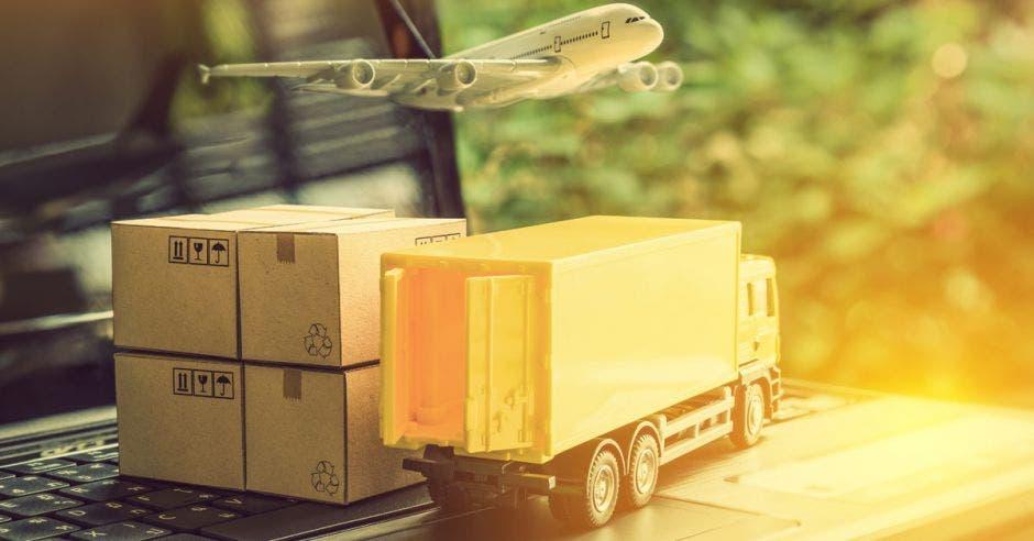 camión de carga y avión pequeños junto a cajas