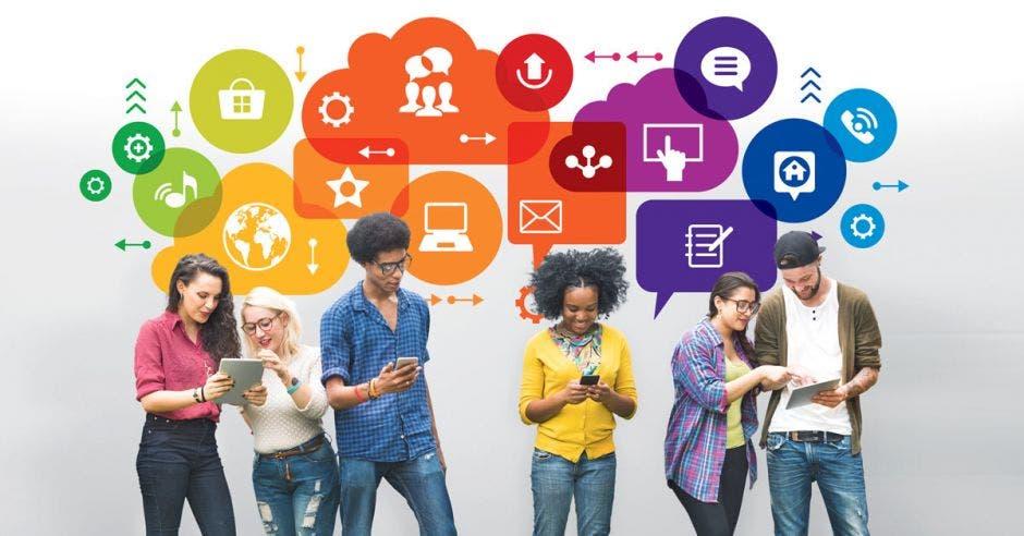 un grupo de jóvenes revisa sus dispositivos tecnológicos