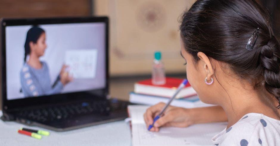 Niña recibiendo clases virtuales