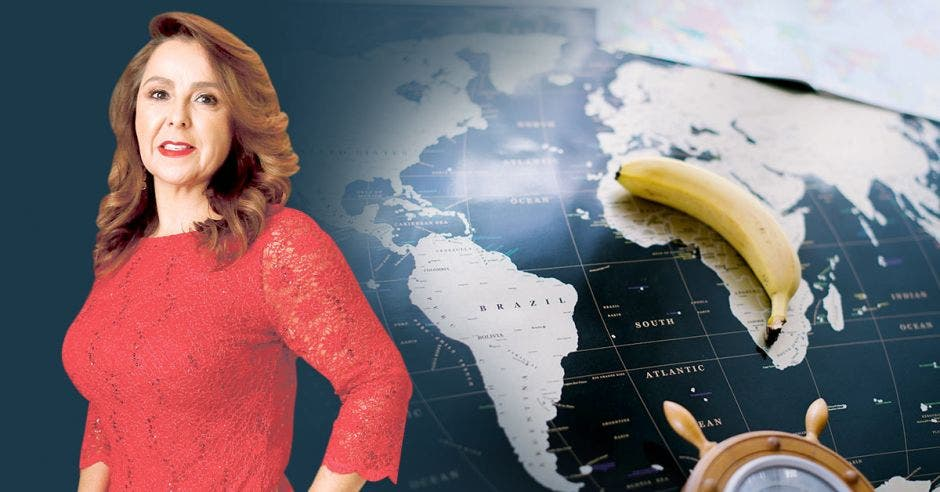 Mujer de rojo frente a mapa y banano