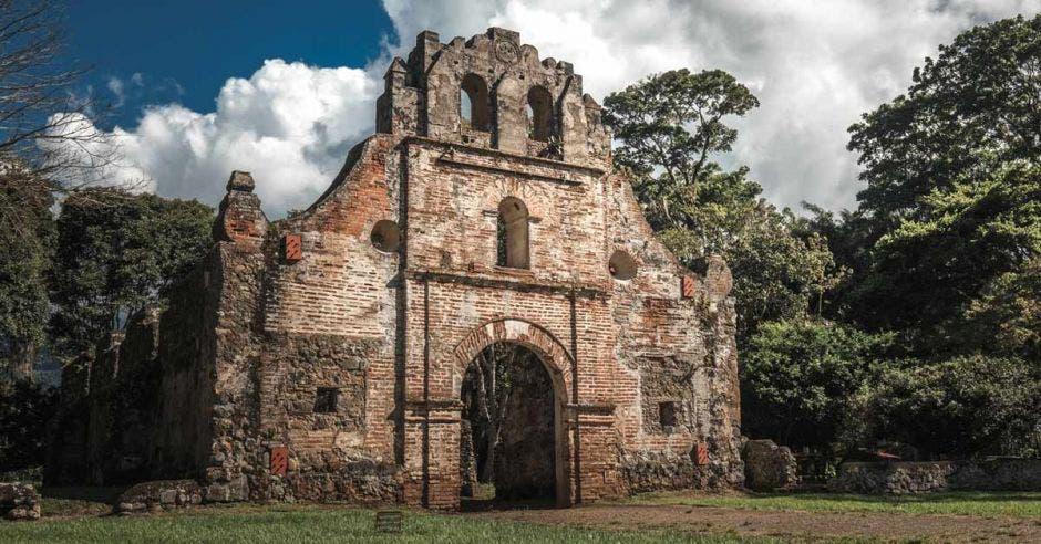 un edificio colonial en ruinas