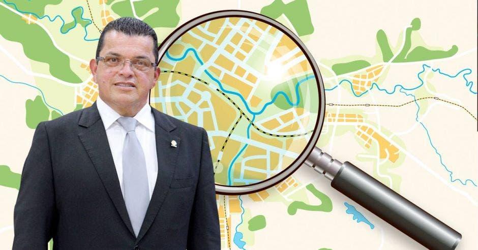 un hombre de saco y corbata sobre la imagen de una lupa proyectada sobre un mapa