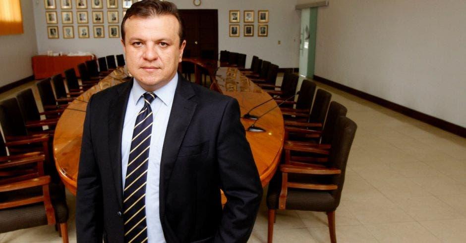 Hombre de traje frente a mesa en oficina