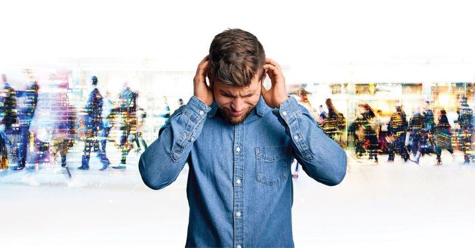 un hombre toma su cabeza en señal de estrés
