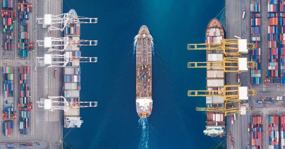 Barco cargado de contenedores zarpando de puerto