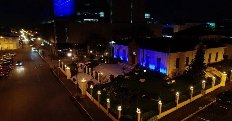San José iluminado de azul