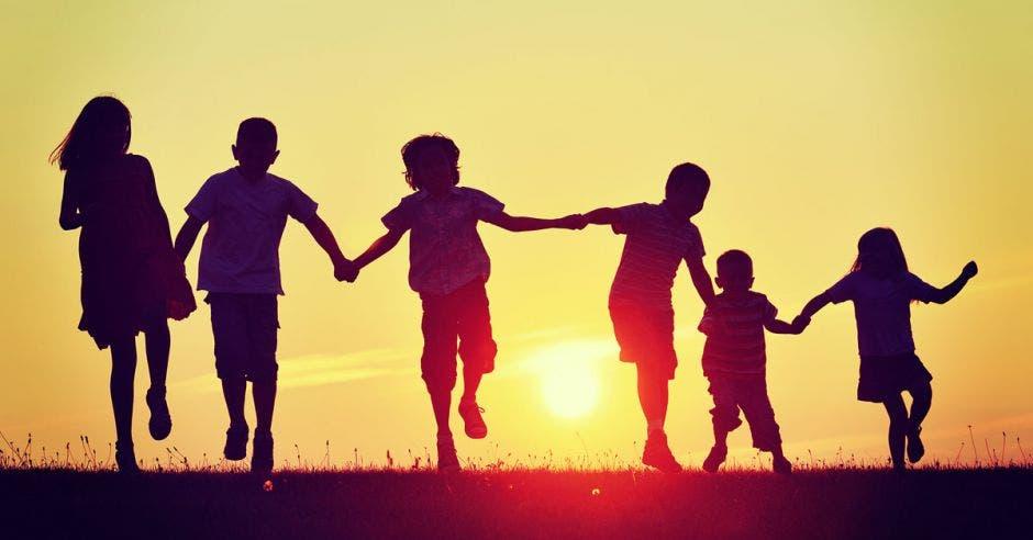 niños tomados de la mano corriendo