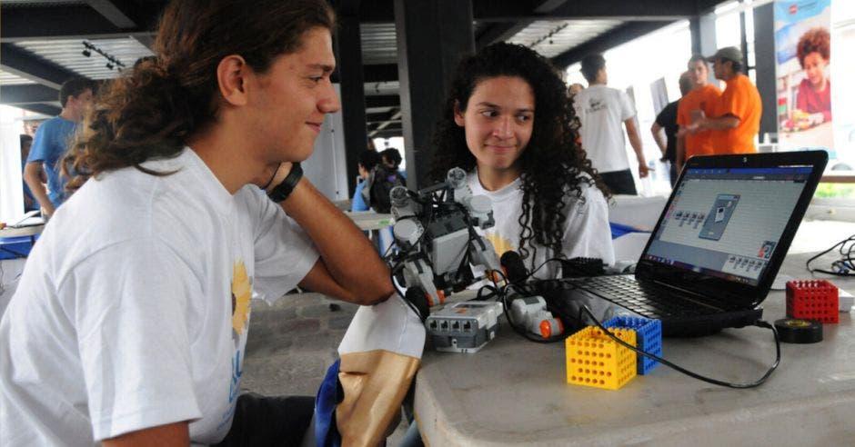 estudiantes ucr robótica