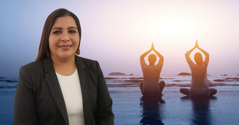 una mujer de traje sobre un fondo de personas meditando y haciendo yoga