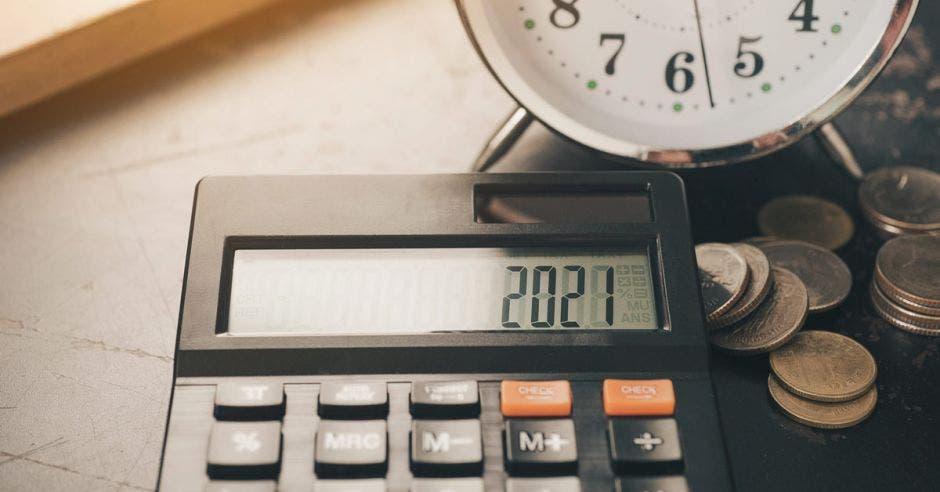 Calculadora, con reloj y monedas