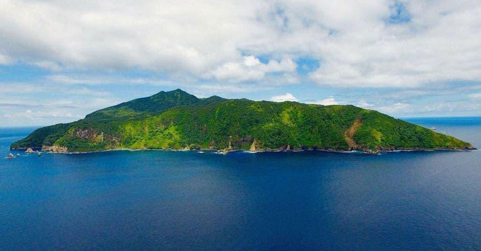 una isla rodeada agua azul cristalina